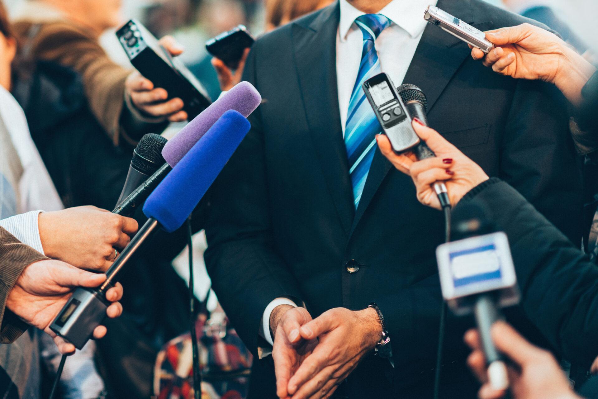 メディアと談話をしている政治家
